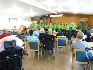 Musik är glädje och det vet Kom Loss-kören. Förra veckan var de på besök på äldreboendet Flemminggatan i Gävle.
