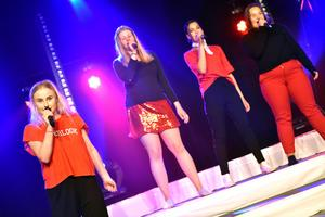 Heartbeat song av Kelly Clarkson framfördes av Isabelle Poutamo, Jonna Danielsson, Rebecca Ingels och Alva Honak.
