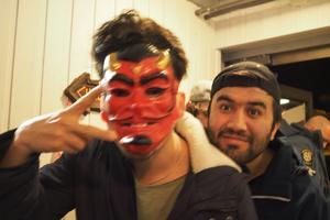 En med mask och en utan.