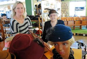 Anna-Lisa Nilsson började på fabriken 1937 och arbetade där i 50 år. Hennes berättelse är en del i boken om fabriken, och om de kvinnor som arbetat där. Ann-Louise Ebberstein är glad att hon hann berätta.Foto: Olof Schääf, arkiv