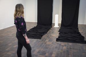 Ella Tillema har rullat ut svarta mattan. Där på podiet ligger en bunt av hennes arga små pamfletter.