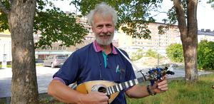 Folkmusikern Rolf Siwertz spelar med flera olika band på söndag.
