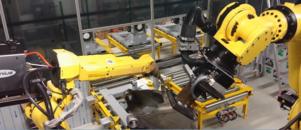 De två industrirobotarna arbetar synkroniserat för att svetsningen ska bli så effektiv som möjligt. Foto: Erik Åmell
