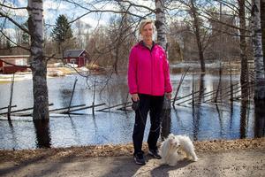 – Jag har aldrig upplevt sådana här översvämningar här säger Elin Dahl som bor i Norrby sedan tio år tillbaka. Hon var ute och rastade blandrastiken Hilda.
