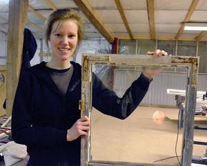 Erika Tysk från Enviken är intresserad av gamla hus och byggnadsvård. Hon har gått trä- och design på Haraldsbo och är med på kursen för att lära sig fönstervård.
