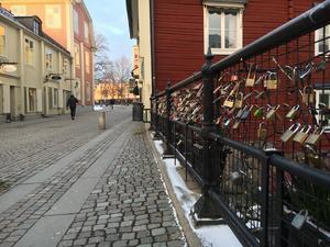 Hänglåsen på Apotekarbron i Västerås försvinner så snart det blir dags för underhåll.
