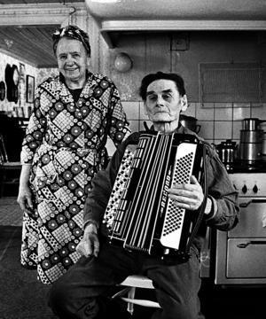 Maja och Elis i Fingarnö 1983. Några efternamn har fotografen Roine Karlsson inte, men kanske att ett sådant kommer fram under visningen på Norrtälje stadsbibliotek den 19 oktober. Foto: Roine Karlsson.