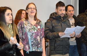 Besökare, personal och nuvarande elever fick bland annat prova att sjunga i kör på Brunnsviks folkhögskolas öppet hus, från vänster: Naren Said, Cecilia Lamm och Mohammad Yama Zamen.