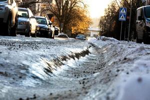 Is på gatorna skadade förares ryggar, enligt Keolis som nu kräver skadestånd av Falu kommun för bristande snöröjning.