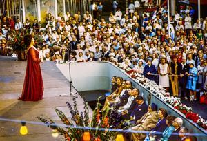 Birgit Nilsson uppträder på Gröna Lund i Stockholm i juli 1972. Bland åskådarna närmast scenen syns sångerskan Zarah Leander (7:e fr.v)Foto Bert Mattsson / TT