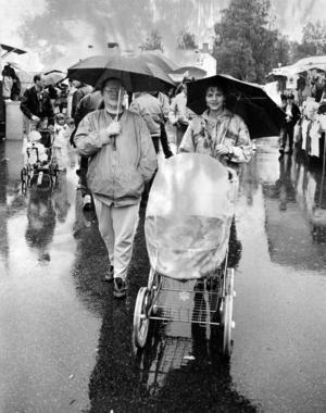 En bild från Fjällsjömarknaden året därpå, 1991. ÖP rapporterar om en blöt helg på många sätt. På festplatsen Stenhammaren var det på kvällstid fylla och slagsmål. På dagtid var det lugnare men regnet vräkte ner och Lotta Nilsson och Maria Orell gick genom marknaden