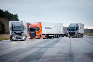 Den första lastbilen styrs av en chaufför och de övriga följer automatiskt efter.