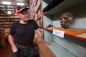 Sune Bergman vid den 3 000 år gamla mumien.