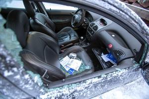 Den anlagda branden i Josefin Holms bil utvecklades inte till en totalbrand utan slocknade av sig själv enligt polis på platsen. Bilen spärrades av i väntan på teknisk undersökning.