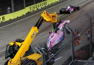 Esteban Ocons bil bärgades efter kraschen på första varvet. Det föranledde en fem varv lång säkerhetsbilsperiod som blev den enda under racet. Foto: Vincent Thian/TT