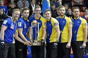 Niklas Edin, Oskar Eriksson, Kristian Lindström, Christoffer Sundgren, Henrik Leek och coach Fredrik Lindberg efter VM-guldet 2015.