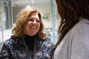 Carola Lindblom, verksamhetschef på Avesta lasarett, är glad över att de fått en ordningsvakt nattetid.