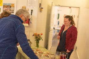 Caroline Näsvall, delägare i företaget, serverar snittar och andra godsaker från rökeriets produktion, under helgens öppna hus och 35-års firande.