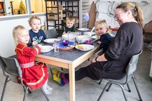 Tre gånger per vecka äter den samiska barnen tillsammans i en egen grupp, som en del av undervisningen i det samiska språket och kulturen.