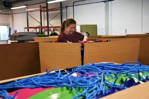 Linne Olausson gör klar en leverans med åkmadrasser, för transport till kund.