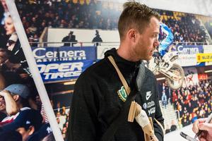 Jönköpings Södras lagkapten Tommy Thelin tvingades kliva av i paus mot Landskrona sedan han drabbats av en skada i vänsterarmen.
