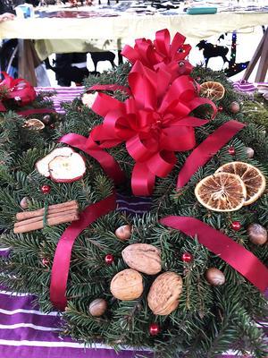 Fina julkransar fanns att köpa på marknaden.