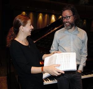 Hur gör vi här? Solist och dirigent går igenom verket, Kristiina Poska och Martin Sturfält. Foto: Kerstin Monk