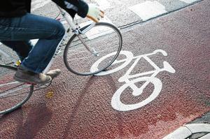 Skribenten vill ha bort cyklister från där gående går.