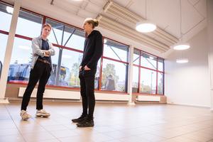 Olle Winberg och Anton Keller visar och berättar hur de har tänkt sig sin verksamhet i stationshuset.