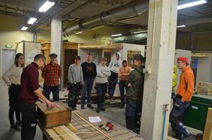 Läraren förklarar med hjälp av en historisk verktygskista hur man använde fogar och när man använde metall.