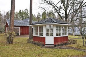 Ett lusthus finns på gården. Foto: Therese Sätterlund