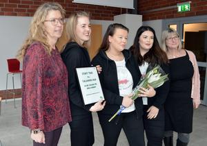 Tjejjouren Dalia fick på Internationella kvinnodagen en pengagåva på 2000 kronor av Centerpartiet Borlänge, från vänster: Lena Reyier, (C), Filippa Kans, FridaFelicia Petersson och Line Olsson från tjejjouren samt Karin Örjes (C)