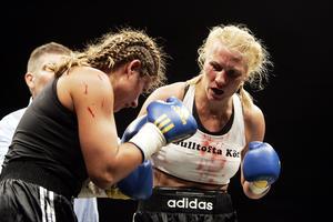 Åsa Sandell i aktion i boxningsringen. Här mot Teresa Perozzi i proffsboxningsgalan i Karlstad år 2007.