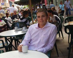 Slät kopp kaffe. Hemma i Mora tar Emil Engman igen sig med en kopp kaffe på Kaffestugan. Till hösten drar fysikstudierna igång igen och i framtiden hägrar en karriär i Tyskland eller Schweiz. Foto:Dan Havemose