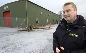 Conny Dahlqvist framför byggnaden som ska byggas om för att inrymma hans Butik Annorlunda med café och servering plus en uteservering.