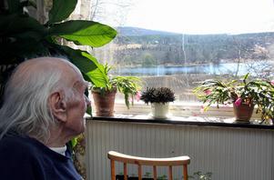 Bengt-Ola Persson i sitt hem där han fortfarande har en utsikt mot en älv med vatten som rinner.