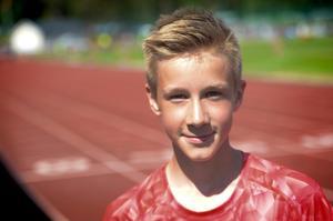 Snabbspringare och höjdhoppare i en och samma person; Henning Ehn från Sundsvall Friidrott. För Hennings del blev det en bra dag på Baldershov. Det blev fyra förstaplatser och två tredjeplatser kryddat med många personliga rekord.