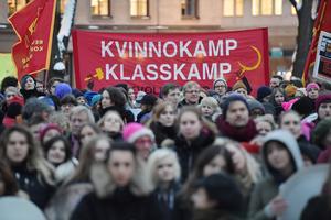 Deltagare i ett demonstrationståg  i Stockholm med anledning av den internationella kvinnodagen 2017. Foto Jessica Gow / TT