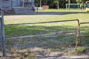 Trots stängslet så är det enkelt att gå ut utanför skolgården. Den här öppningen vetter mot Korsnäsvägen.
