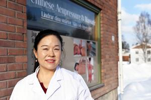 Ebba Yu ute på Dalgatan, med solen i ögonen, där hon har sin hälsoklinik.
