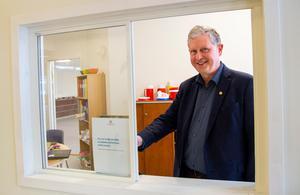 I samband med invigningen passade förbundschef Thomas Winqvist på att visa upp den nya lucka där allmänheten kan hämta offentliga handlingar utan att filmas av skolans övervakningskameror.