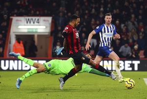 Bournemouth slog Brighton hemma med 3–1 i senaste ligamatchen. Här sätter forwarden Callum Wilson 3–0 i den 74:e minuten. Målvakten Mathew Ryan når inte fram. Foto: Mark Kerton/AP/PA/TT