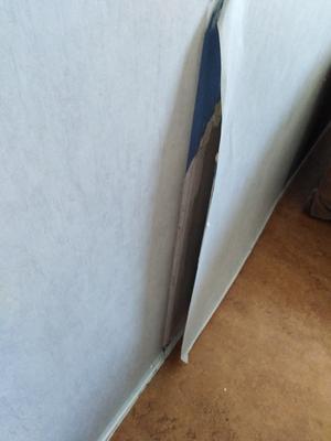 Trasiga tapeter i Mimer-lägenhet.Foto: Skribenten