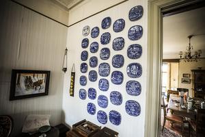 En tallrikssamling uppsatt på väggen.