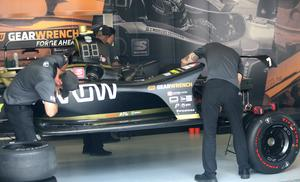 Teamet lägger sista handen vid Marcus Ericssons bil inför fredagens 90 minuter långa tidsträning, som är sista gången Marcus får köra bilen före racet på söndag.
