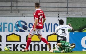 Kevin Wright går i backen och ÖSK får en starff. Foto: Suvad Mrkonjic / BILDBYRÅN
