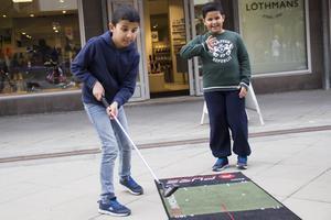 Yassen och Zaid provade på golf.