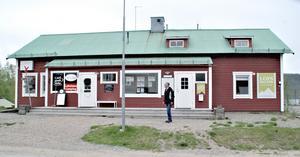 Det gamla skolhuset i Lofsdalen. Bengt och Solveig hade sin lägenhet till höger och skolsalen fanns till vänster.  I dag finns där ett café och en turistbyrå. Foto: Torbjörn Ohlsson