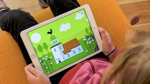 Genom interaktiva lek- och spelmoment i appen Kyrkan kan barn i förskoleåldern upptäcka kyrkorummet och lära sig mer om Svenska kyrkans tro och traditioner.Foto: Svenska Kyrkan