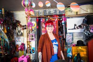 Cilla Rörby har ett lekfullt hem som exploderar av färger och kitsch.